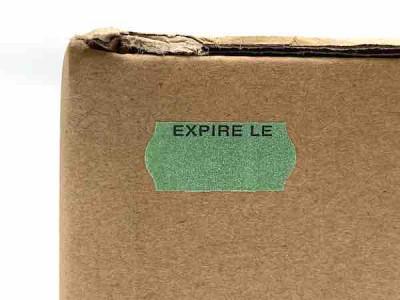 ÉTIQUETTE ADHÉSIVE VERTE SAPIN 26X12 MM (ROULEAU DE 1500) (7500 U)